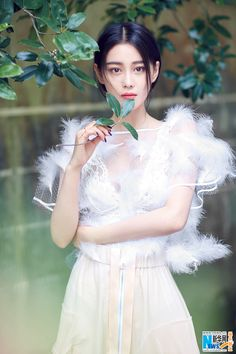 Zhang Xinyu poses for photo shoot | China Entertainment News