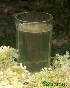 A napokban sorra jelennek meg a bodzaszörp receptek. Természetesen én sem hagyhatom ki e remek italt. Valójában csak tavaly csináltam először, de az annyira jól sikerült, hogy már napok óta figyeltem, mikor lehet végre bodzavirágot szedni. Két hete bontottam ki az utolsó tavalyi üveget, semmit baja, nagyon szép, áttetsző volt még ez is. Idén is … Elderflower, Pint Glass, Drinks, Ethnic Recipes, Liqueurs, God, Drinking, Dios, Beverages