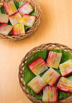 KUE LAPIS SAGU Bahan : 400 gr tepung sagu 200 gr tepung sagu cap tani 550 gr gula pasir 1100 cc santan kental dr 3 butir kelapa ( sy...