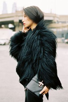 Back to black: fur coat Best Street Style, Street Chic, Street Wear, Rihanna E, Marla Singer, Moda Barcelona, Moda Formal, Look Fashion, Glamour