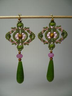 Grandes boucles d'oreilles roses et vertes en macramé et perles de jade et de verre