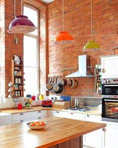 Ainda falando de cozinha, estas luminárias são feitas com tigelas coloridas.