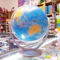 Hoy les presentamos la colección de globos terráqueos que tenemos en #ovnilibrerias  Más info en el link de nuestro perfil 🛸👽