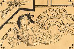 Elegante xilografia monocromatica del maestro Hishikawa Moronobu (菱川師宣) raffigurante, come deduciamo dal nodo dei capelli wakashumage (若衆髷), un giovane e robusto samurai che si è appena svestito della sua vestaglia da notte (夜着) per abbracciare la propria compagna sopra un tappeto (敷物) che fa da futon (布団) nella raffinata cornice di una stanza signorile arredata con un paravento byobu (屏風) su cui è dipinto un paesaggio... (continua)