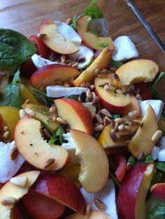 Salat skal der til #babyspinat #mozarella #tomater #nektarin ##ristedepinjekerner