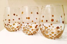 DIY Wine Glasses - Gold Dot Kate Spade Knock Off These DIY wine glasses are sure to liven up any party! Trying to replicate the fun Kate Spade gold dot collection, I show you how to make your own for less! Gold Wine Glasses, Painted Wine Glasses, Stemless Wine Glasses, Make Your Own Wine, Wine Glass Crafts, Wine Case, Gold Diy, Gold Polka Dots, Wine Gifts