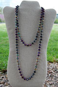 Collar largo con cristales color morado tornasol $296