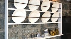 Gör en egen tallrikshylla - Sommar med Ernst - tv4.se Plate Shelves, Plate Racks, Wooden Plates, Decorative Plates, Danish Style, Scandinavian Style, Bathroom Medicine Cabinet, Interior Decorating, House Styles