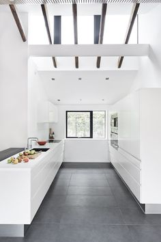 Large grey floor tiles with white kitchen. Grey Floor Tiles, Grey Flooring, Kitchen Flooring, Flooring Ideas, Kitchen Tiles, Modern Floor Tiles, Gray Floor, Linoleum Flooring, Terrazzo Flooring