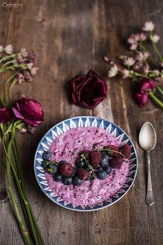Reis Acai Beeren Frühstück, Milchreis mit Beeren, gesunder Milchreis  Rice acai berry bowl, acai bowl breakfast, rice acai breakfast