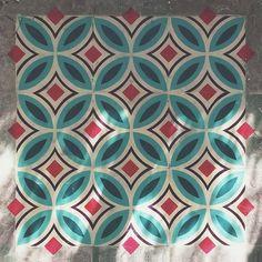 Graffiti que emula el pavimento hidráulico en sitios abandonados.  El artista Javier de Riba pinta con spray azulejos con diseños geométricos transportando el arte callejero al siguiente nivel. #MWMaterialsWorld #StreetArt #pinturaconspray