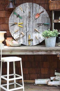 alte Werkzeuge als Deko im Garten verwenden