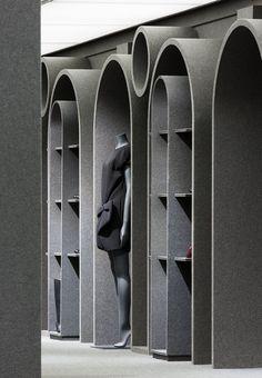 De Viktor & Rolf winkel in Parijs laat meubelen zien die zijn uitgevoerd in donkergrijs akoestisch vilt.