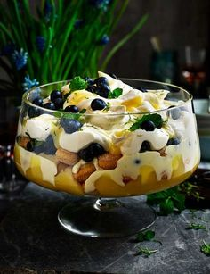 and mint trifle Blueberry, lemon and mint trifle w/lemoncello: .Blueberry, lemon and mint trifle w/lemoncello: . Xmas Food, Christmas Cooking, Christmas Desserts, Köstliche Desserts, Summer Desserts, Dessert Recipes, Plated Desserts, Gingerbread Trifle, Sweet Recipes