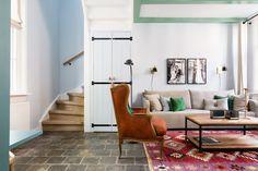 HOUTEN TRAP • is je huis toe aan een make-over? Sla dan ook de trap niet over. Kijk hier voor meer trapinspiratie   Livingroom with wooden staircase   Fotografie Barbara Kieboom #trap #staircase #stairs