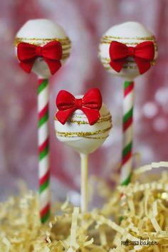 Stunning red bows and gold glitter on these festive cake pops. But wait until you see the inside of the pops! Stunning red bows and gold glitter on these festive cake pops. But wait until you see the inside of the pops! New Year's Desserts, Cute Desserts, Holiday Baking, Christmas Desserts, Christmas Treats, Christmas Baking, Christmas Cookies, Santa Christmas, Health Desserts