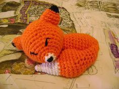 Crochet pattern for a Sleeping Fox (in Spanish) Crochet Toys Patterns, Amigurumi Patterns, Amigurumi Doll, Crochet Dolls, Snoopy Amigurumi, Batman Amigurumi, Crochet Cross, Knit Crochet, Crochet Hats