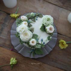 - 🌼 실내에서 한컷🌻 - #flowercake #koreancake #cakedesign #cakeart #artist #cakeartist #floral #cakeclass #mydearcake #플라워케이크 #flowercakeclass #cakeclass #เค้กช่อดอกไม้ #마이디어 #수원플라워케이크 #꽃케이크 #수원 #인계 #bonappetit #desert #apieceofcake #rkfa #shinybuttercream #quickbuttercream #10minbuttercream #picnic