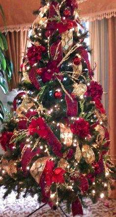 43 Exciting Red And Gold Christmas Decor Ideas. If you are searching for fun, new Christmas tree decorating ideas then you should check out some of the terrific suggestions listed below. Elegant Christmas Trees, Red And Gold Christmas Tree, Gold Christmas Decorations, Christmas Tree Themes, Diy Christmas Tree, Christmas Holidays, Christmas Wreaths, Christmas Tree Inspiration, Decor Ideas
