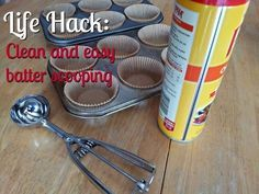 Consigue que tus cupcakes siempre queden perfectamente parejos usando una cuchara para helado rociada con aceite antiadherente...