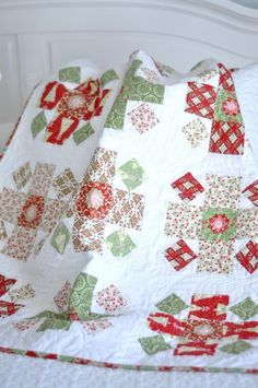 Such a lovely baby quilt for Christmas. Download this free quilt pattern today.