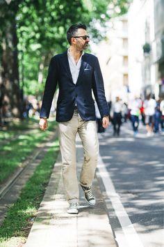Se no dia a dia os homens milaneses continuam muito elegantes mas ainda, de maneira geral, tradicionais, optando por muita alfaiataria bem cortada e tons neutros, as temporadas de desfiles masculinos em Milão têm revelado uma tendência de estilo interessantíssima. Na verdade trata-se de um mix de olhares sobre o guarda-roupa clássico do homem, misturado ao street style e ao que há de mais fashionista nas coleções atuais, vindo de convidados de diversos países, em especial os asiáticos, com…