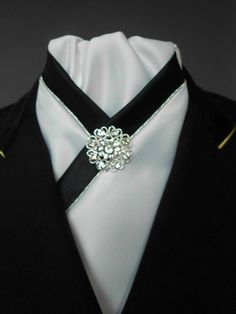 Equestrian Pzazz White and Black Stock Tie with Pin de EquestrianPzazz en Etsy https://www.etsy.com/es/listing/235888665/equestrian-pzazz-white-and-black-stock