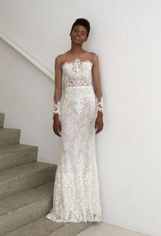 Модель в великолепном оюлегающем платье с узором и прозрачными рукавами от francesca miranda