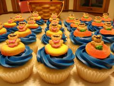 End of school year/summer cupcakes –Worked out great. Just used regular teddy grahams. Didn't put the cute little sunglasses on them. Still got lots of compliments Pool Cupcakes, Beach Theme Cupcakes, Cute Cupcakes, Cupcake Party, Cupcake Cakes, Swimming Cupcakes, Cupcake Ideas, Summer Themed Cupcakes, Cupcake Decorations