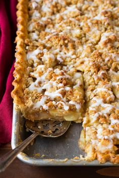 Apple Slab Pie - The perfect apple pie for a crowd! It's layered with a tender flaky crust, a spiced juicy apple pie filling, and it's finished with a crisp buttery crumb topping and a sweet vanilla glaze. Such a delicious holiday treat! Perfect Apple Pie, Best Apple Pie, Best Pie, Köstliche Desserts, Delicious Desserts, Plated Desserts, Chefs, Apple Slab Pie, Apple Pies
