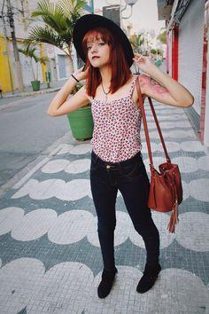 E para comemorar a chegada da primavera eu decidi usar uma regata com estampas florais vermelhas que eu mesma fiz, calça jeans de cintura alta um chapéu fedora e botas retro preta e uma bolsa saco marrom avermelhado de lado super linda!!