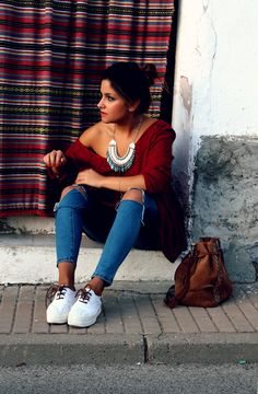 LITTLE BLACK COCONUT: Tribal necklace, jeans and sneakers. #boho #outfit #sneakers http://www.littleblackcoconut.com/2015/09/mis-tendencias-favoritas-otonoinvierno.html