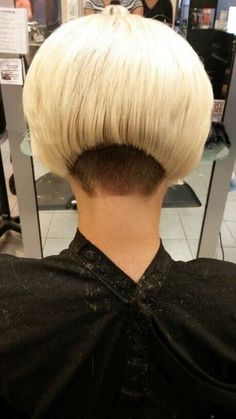 Pin von David Connelly auf Bleach Blonde Hair w/Dark Nape 2 . Edgy Haircuts, Stacked Bob Hairstyles, Undercut Hairstyles, Trendy Hairstyles, Undercut Bob, Shaved Bob, Half Shaved Hair, Shaved Nape, Short Hair Back