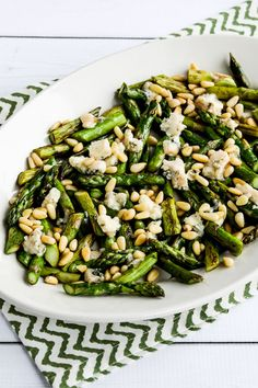 This Sauteed Asparagus with Melted Gorgonzola and Pine Nuts was completely amazing; if you like asparagus and Gorgonzola you will love this combination! Ways To Cook Asparagus, Easy Asparagus Recipes, Saute Asparagus, Broccoli Pasta, Chicken Asparagus, Broccoli Recipes, Meals Without Carbs, Vegetarian Recipes, Healthy Recipes