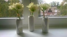 Bílá inspirace Sada 3 ks váz vyrobených z recyklovaných plechovek, lakované.Velmi jemná a krásná plně funkční dekorace. Možno doplnit řezanými květinami dle vaší nálady a tak bude vypadat pokaždé jinak. Každá sada se může jemně lišit. Květiny na fotce nejsou součástí.