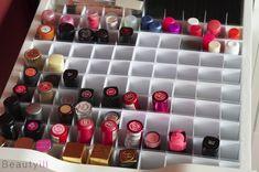 Ze zien er super leuk uit die lipstick opbergers, maar doordat ze zo ondiep zijn gingen mijn lippenstiften telkens scheef hangen als ik de lade opentrok. En eerlijk is eerlijk, ik kan best tegen rommel maar niet in mijn make-up of nagellak stash! Vandaar dat ik besloot zelf een systeem te maken voor mijn lipsticks. Vandaag laat ik je zien hoe zodat je het zelf na kunt maken voor enkele euro's.Het systeem heb ik afgemeten op de bovenste lade van mijn kleine Alex kast van IKEA. Ik ging voor…
