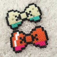 Perler bead Anna and Elsa themed hair bows by {GuessWho} on Pinterest