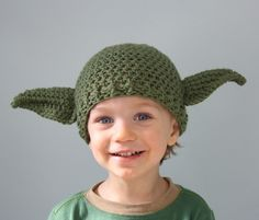 I want one of these!!   Mary Gauvin has created a collection of Star Wars-themed crocheted hats for adults and kids. Her MaryOriginals Etsy shop currently sells handmade Ewok hats, Yoda hats and mittens, a hat adorned with a detailed Millennium Falcon, and even a crochet green lightsaber. Natal Star Wars, Alien Hat, Knitting Patterns, Crochet Patterns, Knit Crochet, Crochet Hats, Knitted Hat, Star Wars Christmas, Christmas Gifts
