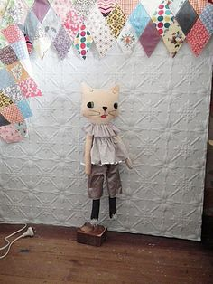I'm not sure why this cat is hanging, or perhaps levitating, but I still want to make one.
