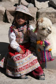 Alpacas are one of the most common animals in Peru, so you can usually hear their many cries and screeches. Category: Sounds of Peru Alpacas, Kids Around The World, People Around The World, Precious Children, Beautiful Children, Beautiful World, Beautiful People, Inka, Baby Alpaca