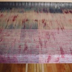 I'm in de middle seçtion of the gradiant warp. Look at the speckels on the Natty/pastel Seacell warp! @saltwaterrosethreads #handwovenbabywrap #handwoven #handweaving #handwovenwrap #warp #handdyedwarp #speckledyarn #seacell #handdyedweaving