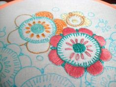 Free patterns for beginning stitchers Embroidery Patterns Free, Embroidery Art, Beginner Embroidery, Embroidery Needles, Ribbon Embroidery, Embroidery Designs, Coffee Sleeve, Simple Flowers, Embroidered Flowers