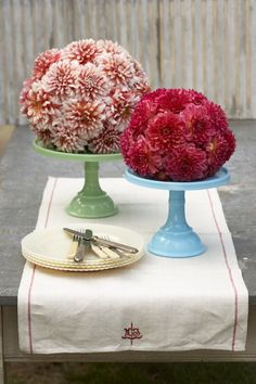 Dahlia Domes & cake plates To make these bold centerpieces, trim the bottom off a floral foam sphere so that it can sit on a cake stand, and soak in water for at least 30 minutes. insert into the foam until covered. Floral Centerpieces, Wedding Centerpieces, Floral Arrangements, Dahlia Centerpiece, Flower Arrangement, Centerpiece Ideas, Reunion Centerpieces, Cake Centerpieces, Table Arrangements