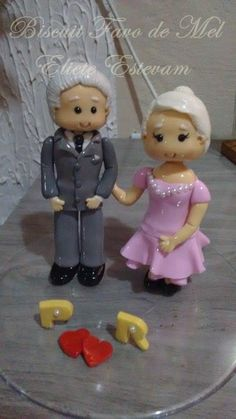 Topo para bolo feito com muito carinho. Casal Pedro e Risete em biscuit para bodas de ouro.  Exemplo de casal.