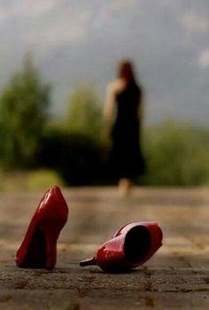 Bir kadın gidiyordu, gözlerimin önünden sessizce. Harf harf acı taşıyan yaralarını kalbinde saklı tutuyordu her gece.... Bir kadın gidiyordu, bilinmeyen ıssız bir yere. Arkasında yarım kalan bir aşk, dinmeyen bir özlem, bitmeyen bir gözyaşı habire.... Bir kadın gidiyordu, sonu bilinmeyen bir sokakta. Kalbini dinleye dinleye gözyaşları saklı kalan avucunda bir kadın gidiyordu, sonsuz bir yolda..... ...Emre İBİCEK....