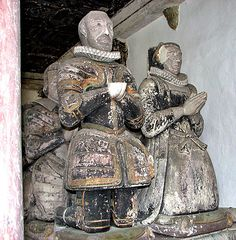 Denham Suffolk Sir Edward Lewknor / Lewkenor 1542 – 1605 and wife Susan Heigham who died of smallpox within a day of each other, kneel in front of their 2 sons & 6 of their daughters. Tudor History, Art History, Grave Monuments, Tudor Fashion, Upper Crust, Black Royalty, Early Modern Period, Tudor Era, Cemetery Art