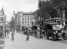 Varios taxis esperan pasaje frente al antiguo mercado de flores que se encontraba en la plazuela del templo de la Santa Veracruz, en la avenida de los Hombres Ilustres, ahora llamada Hidalgo, en 1928 FOTO: American Geographical Society Library