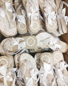 A Só Chinelos é uma fábrica que personaliza chinelos para lembrancinhas de festas. Seus convidados vão adorar receber sandálias na pista de dança.