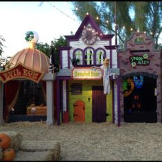 These houses are too cute for a Halloween carnival! Halloween Outside, Halloween Circus, Halloween 2013, Halloween Haunted Houses, Cute Halloween Costumes, Halloween Projects, Halloween Horror, Holidays Halloween, Halloween Themes