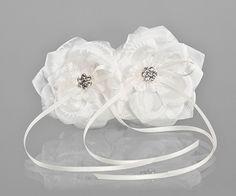 Een ringendrager in het model van 2 rozen. Aan elke roos kan een ring vastgemaakt worden. De rozen zitten aan elkaar vast. Dit is eens iets anders dan een ringenkussentje. Te vinden bij bruidskindermode.nl. Voor feestkleding en bijpassende accessoires voor bruidskinderen, communie en doop. Trouwen, huwelijk, bruiloft, bruidsmeisjes, bruidskinderen, trouwringen, ringenkussentje, bruidsjonkers, ringendrager.